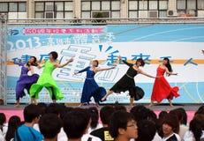 I ballerini femminili eseguono ad un evento di forma fisica Fotografia Stock