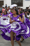 I ballerini femminili si sono vestiti in vestiti coloniali da stile Fotografie Stock