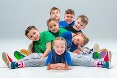 I ballerini funky e moderni della scuola di ballo dei bambini, di balletto, del hip-hop, della via, Fotografie Stock