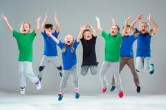 I ballerini funky e moderni della scuola di ballo dei bambini, di balletto, del hip-hop, della via, fotografia stock