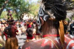 I ballerini Papuan stanno preparando per una prestazione al festival di arti di Bali Pesta 2019 Kesenian Bali Ciò è un pubblico e immagini stock