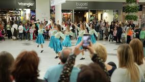I balli ucraini moderni nel centro commerciale Victoria fa il giardinaggio Leopoli 25 08 2018 archivi video