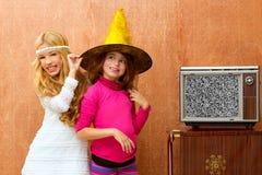 I bambini 70s due scherzano le ragazze dell'amico nel retro partito Fotografie Stock