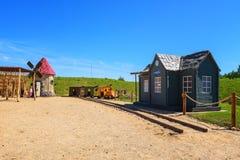 I bambini abbandonati parcheggiano con i modelli di legno della stazione ferroviaria e del mulino a vento Fotografie Stock Libere da Diritti