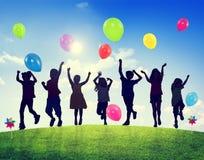 I bambini all'aperto che giocano Balloons insieme Fotografia Stock Libera da Diritti