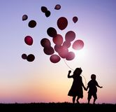 I bambini all'aperto che tengono Balloons insieme Fotografie Stock