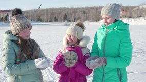 I bambini allegri gettano la neve su e saltano nell'inverno nell'aria fresca 4K archivi video