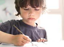 I bambini assorbono a casa immagine stock libera da diritti