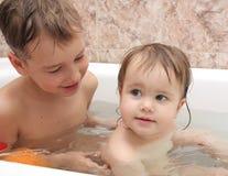 I bambini bagnano nel bagno Immagine Stock