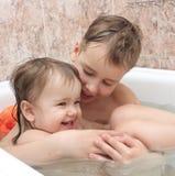 I bambini bagnano nel bagno Fotografia Stock