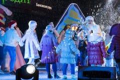I bambini ballano in un cerchio sulla fase La prestazione del nuovo anno Fotografie Stock