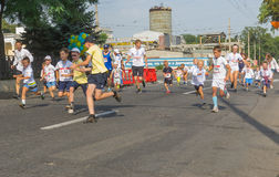 I bambini che corrono in Vyshyvanka funzionano durante l'attività locale di festa dell'indipendenza in Dnepr Fotografie Stock Libere da Diritti