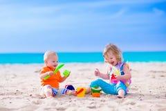 I bambini che costruiscono una sabbia fortificano su una spiaggia Fotografia Stock Libera da Diritti