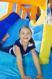 I bambini che giocano su una trasparenza gonfiabile rimbalzano la casa Immagine Stock Libera da Diritti