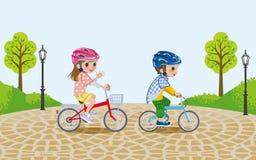 I bambini che guidano la bicicletta nel parco, hanno indossato il casco royalty illustrazione gratis