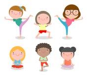 I bambini che praticano l'yoga, bambini felici del fumetto che praticano l'yoga, yoga del bambino si esercita Stile di vita sano illustrazione di stock