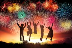 i bambini che saltano e che guardano i fuochi d'artificio fotografie stock