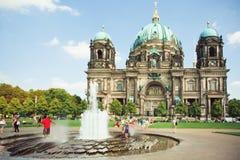 I bambini che saltano nella fontana davanti ai DOM del berlinese Fotografia Stock