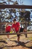 I bambini che saltano sopra le transenne durante l'addestramento di corsa ad ostacoli fotografia stock libera da diritti