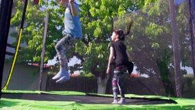 I bambini che saltano sul trampolino, movimento lento - 01 archivi video