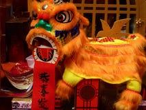 I bambini cinesi fatti a mano di ballo di leone giocano per il nuovo anno cinese fotografia stock