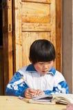 I bambini cinesi scrivono il funzionamento Fotografie Stock Libere da Diritti