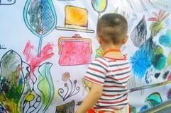 I bambini cinesi stanno dipingendo fotografia stock