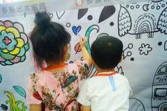 I bambini cinesi stanno dipingendo fotografia stock libera da diritti