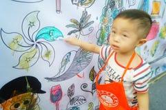 I bambini cinesi stanno dipingendo immagine stock