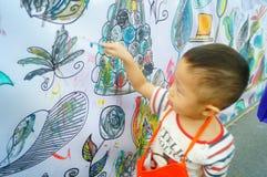 I bambini cinesi stanno dipingendo fotografie stock