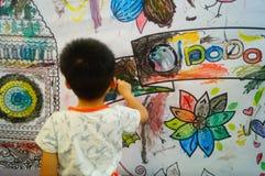 I bambini cinesi stanno dipingendo immagini stock