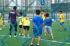 I bambini cinesi stanno preparando il calcio Fotografia Stock Libera da Diritti