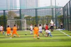 I bambini cinesi stanno preparando per giocar a calcioe immagini stock libere da diritti