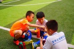 I bambini cinesi stanno preparando per giocar a calcioe fotografie stock