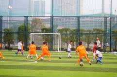 I bambini cinesi stanno preparando per giocar a calcioe fotografia stock libera da diritti