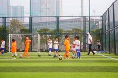 I bambini cinesi stanno preparando per giocar a calcioe Immagini Stock