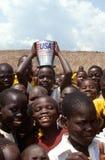 I bambini con donano i rifornimenti durante la crisi alimentare, Malawi. Fotografie Stock Libere da Diritti