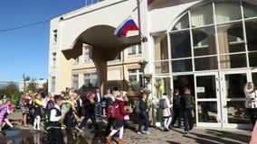 I bambini con i fiori vanno alla scuola secondaria video d archivio
