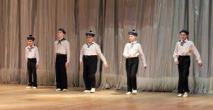 I bambini con le inabilità stanno ballando sui marinai di spettacolo di danza Fotografie Stock Libere da Diritti