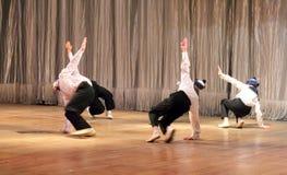 I bambini con le inabilità stanno ballando sui marinai di spettacolo di danza Fotografia Stock