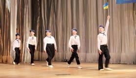 I bambini con le inabilità stanno ballando sui marinai di spettacolo di danza Fotografie Stock