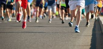 I bambini correnti, giovani atleti funzionano in una corsa di funzionamento dei bambini fotografie stock