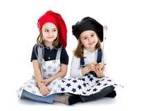 I bambini dei gemelli cucinano il cuoco unico con la strumentazione dell'alimento Immagine Stock