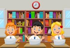 I bambini del fumetto studiano con il computer nella stanza di classe Immagini Stock Libere da Diritti