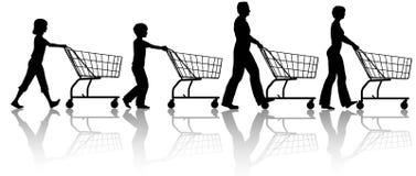 I bambini del papà della mamma della famiglia spingono insieme i carrelli di acquisto Immagine Stock