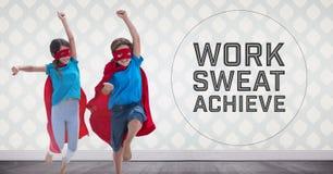 I bambini del supereroe nella sala che salta con il lavoro sudano e raggiungono il testo immagine stock
