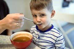 I bambini devono imparare mangiare da soli fotografia stock
