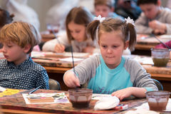 I bambini di 6-9 anni assistono all'officina libera del disegno durante la giornata porte aperte a scuola degli acquerelli Immagine Stock Libera da Diritti