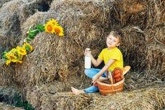 I bambini di estate all'aperto nella campagna Immagini Stock Libere da Diritti