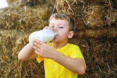 I bambini di estate all'aperto nella campagna Immagine Stock